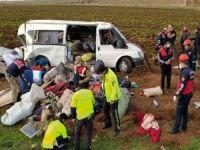 Tarım işçilerini taşıyan minübüs devrildi: 11 yaralı