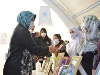 Diyarbakır Valisi'nin eşi Sevim Karaloğlu evlat nöbetindeki aileleri ziyaret etti