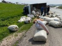 Siirt-Batman Karayolu'nda saman yüklü kamyon devrildi