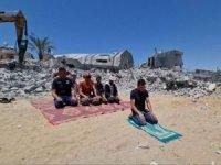 Siyonist işgal rejiminin bombaladığı caminin enkazı önünde namaz kılındı