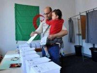 Cezayir'de halk Ulusal Halk Meclisindeki 407 temsilciyi seçmek üzere sandık başına gitti