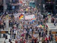Almanya'da Covid-19 kısıtlamaları protesto edildi