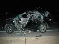Otomobil kamyona çarptı: Bir ölü, biri bebek 3 yaralı