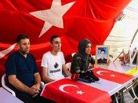 PKK'dan kaçan genç evlat nöbeti tutan aileleri ziyaret etti