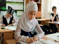 Özbekistan, okullarda başörtüsü yasağı utancına son verdi