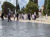 Siyonist işgalciler Mescid-i Aksa'ya baskın düzenledi