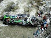 Yolcu otobüsü uçuruma yuvarlandı: 32 ölü