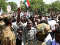 Sudanlılar hükümetin düşmesi için gösteri düzenledi