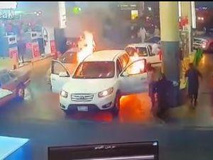 Benzin istasyonunda araba alev oldı